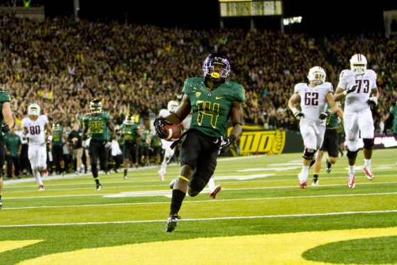Ifo Ekpre-Olomu scores against Arizona in 2012.